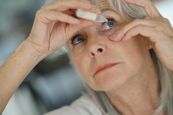 A woman puts the correct eye drops in her eyes.